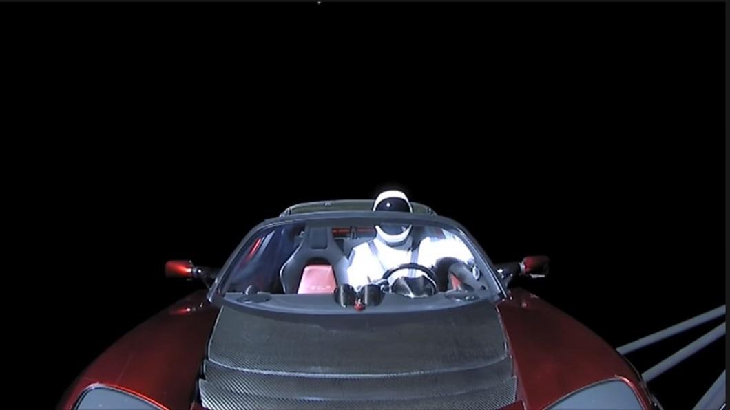 2018年時成為首部進入太空中的汽車,曾經是馬斯克座駕的Roadster已經完成兩次繞行太陽軌道的壯舉。(圖片來源/ Live View of Starman) 特斯拉Roadster時速可達4.6萬公里? 還成功繞行太陽兩圈
