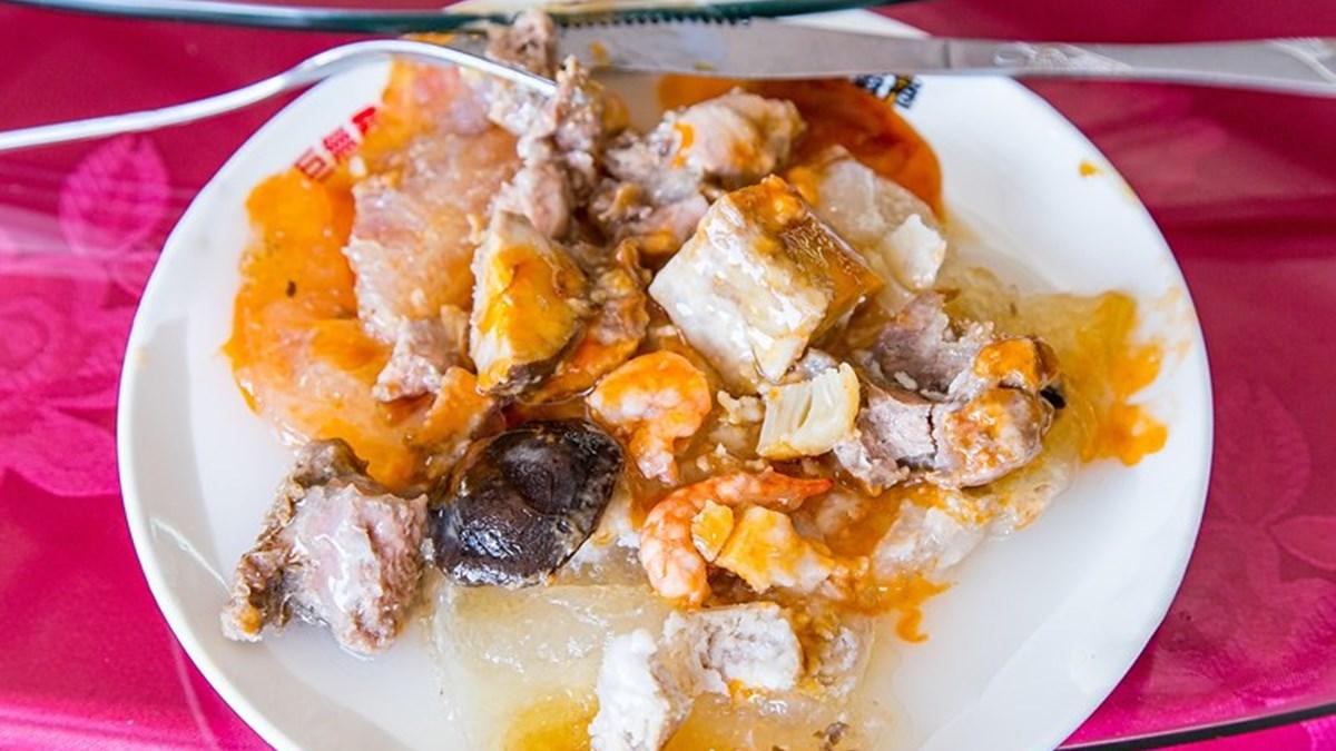 比臉還大!30年海鮮餐廳暴紅「巨無霸肉圓」得用刀叉吃,滿滿8種餡料1顆只要90元