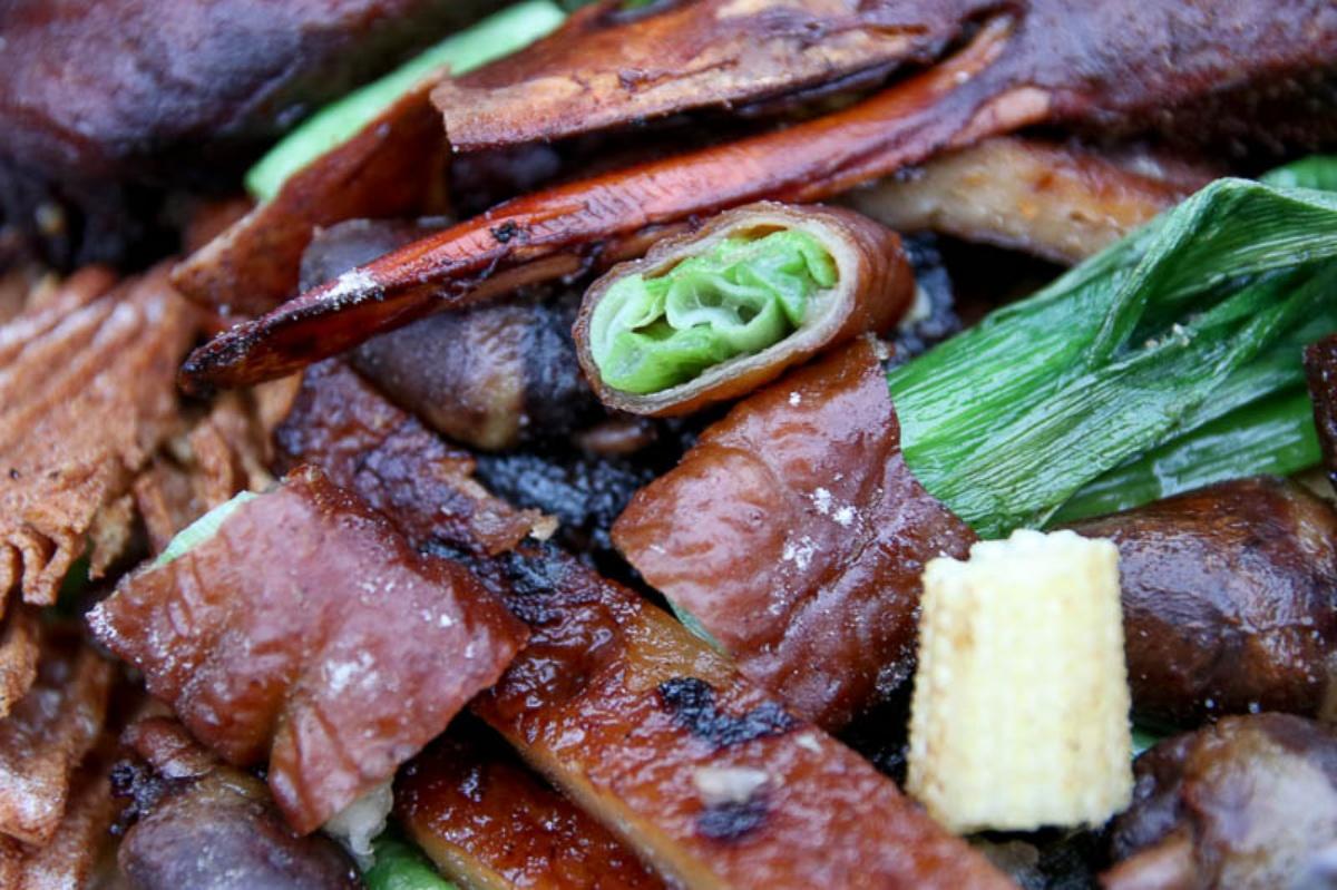 先滷後炸超入味!藏身巷弄車庫「東山鴨頭」鹹甜唰嘴,必嗑包蔥豬大腸、焦脆鴨翅