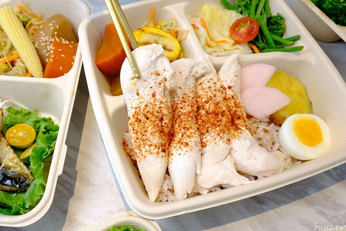 好吃又好拍!超繽紛「健康餐盒」鋪滿6種鮮甜配菜,必嗑厚切嫩腿排、桔香炙烤鯖魚