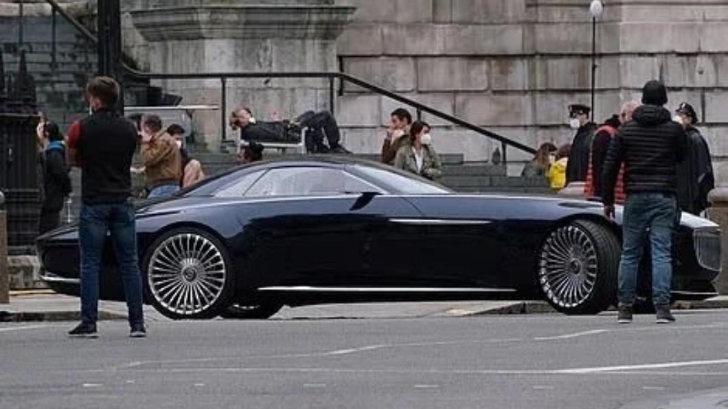 在《閃電俠》拍片現場當中出現蝙蝠俠最新的座駕,於四年前出現的Vision Mercedes-Maybach 6 Cabriolet敞篷概念車。(圖片來源/ Twitter Grace Randolph 蝙蝠俠又換新車? M-Maybach 6敞篷概念車帥氣登場