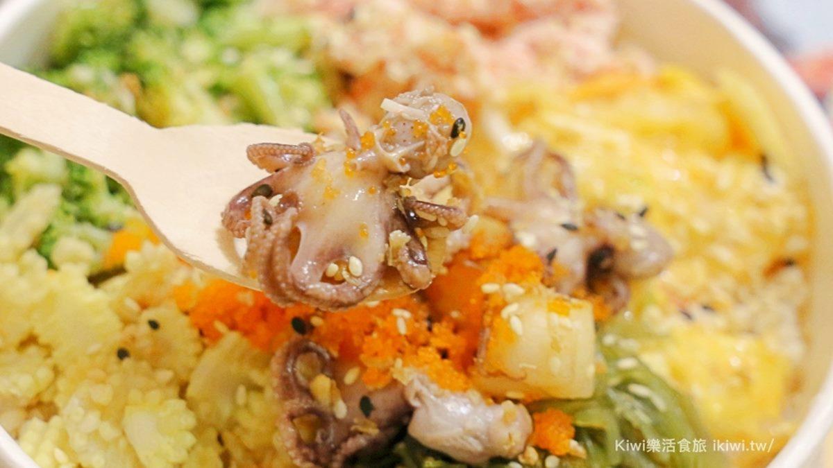 30多種配料任選!客製化「營養輕食」吃得到干貝、小章魚,再淋獨門「芝麻醬」噴香唰嘴
