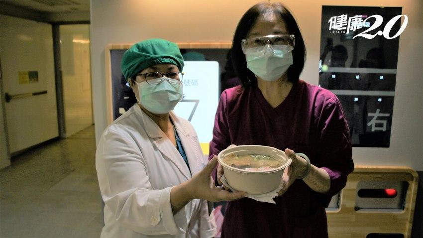 送愛給醫護!45秒就能吃到拉麵,「亞東戰神」張厚台示範點餐