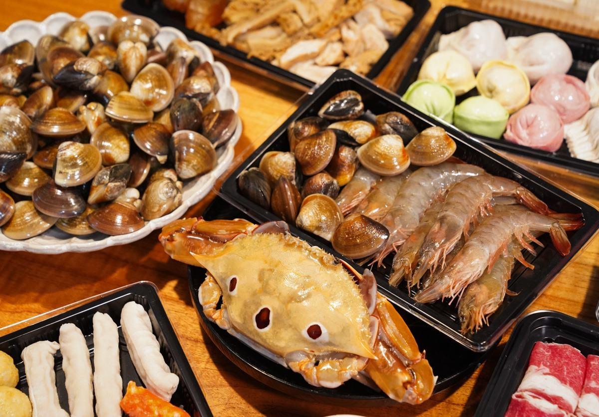 痛風也要吃!浮誇系火鍋店「海陸套餐」爽嗑2斤蛤蜊,鮮嫩肉片涮「麻奶湯」更過癮