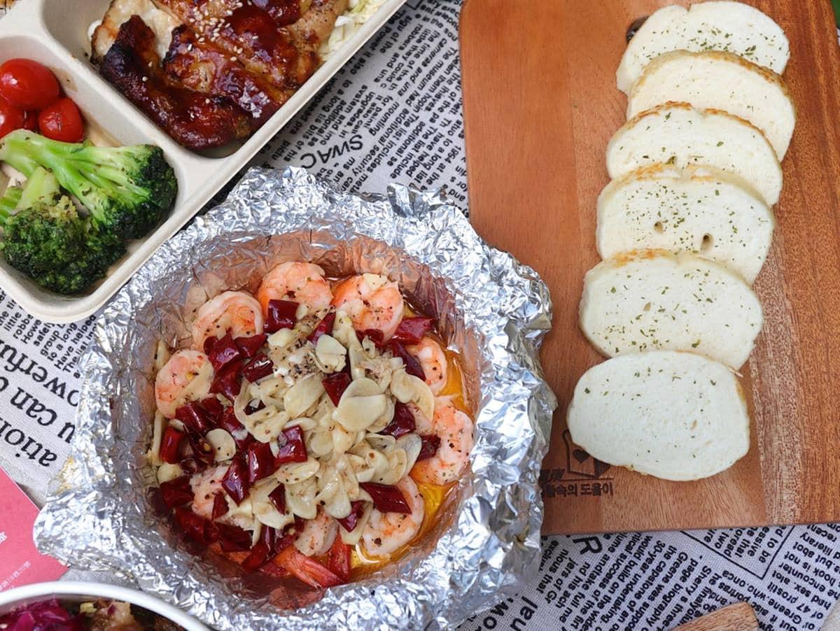 儀式感要有!餐酒館外帶「特製餐盒」能爽嗑整隻戰斧豬排,蒜蝦佐軟法愈吃愈唰嘴
