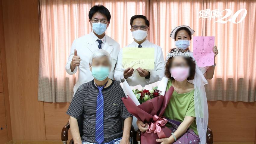 愛在疫起時/夫妻同命染疫變重症 50年金婚醫護同慶,夫婦10指緊扣誓言更幸福