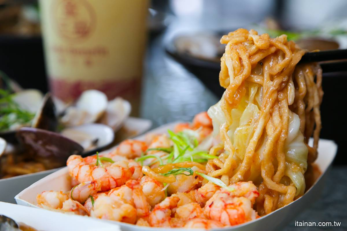 被飲料耽誤的浮誇麵店!超澎派海鮮意麵鋪滿火燒蝦、金錢鮑,重口味必啃新品麻辣鴨舌