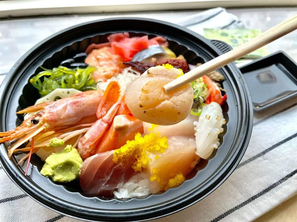 海鮮控請進!高CP值「日料丼飯」1碗嘗13種海鮮,先嗑超大尾天使紅蝦、炙燒干貝