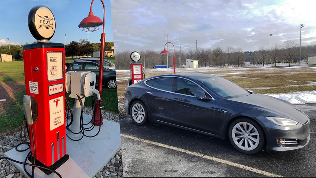 美國賓州一家冰淇淋店外頭安裝兩個Tesla 16kW充電樁,50年代的老式加油泵機台外型讓它充滿復古情懷!(圖片來源/ Plugshare) 特斯拉充電樁也有山寨? 美國冰淇淋店秀創意帶「你回到未來」!