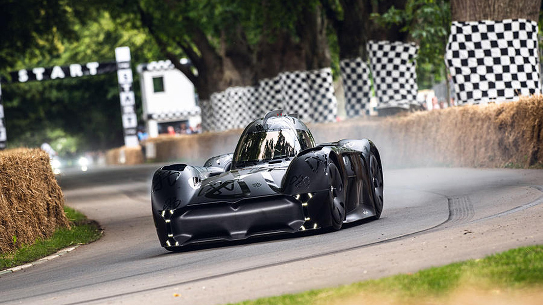 Q版蝙蝠車?這其實是英國車廠McMurtry打造的純電動小賽車Spéirling。(圖片來源/ McMurtry) 這輛車用電扇把自己吸在地上? 從此不用擔心過彎抓不住!