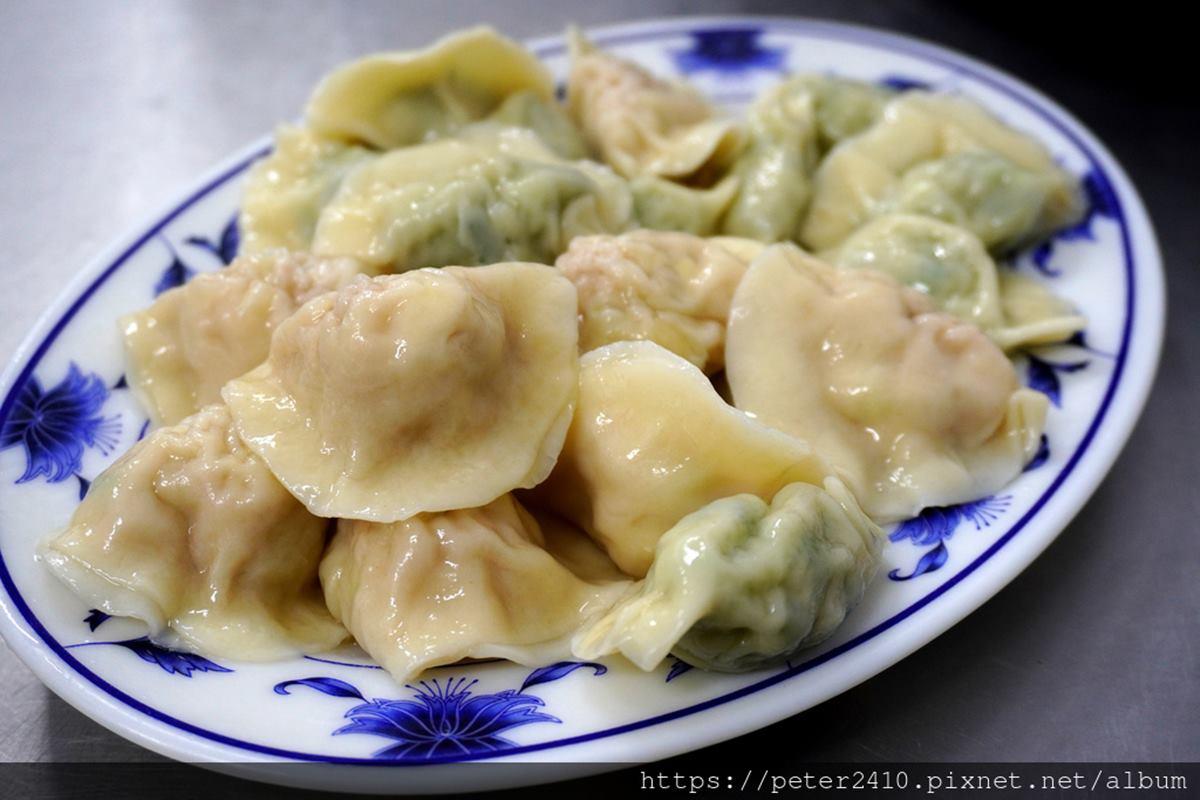 不沾醬也好吃!47年老字號「手工水餃」內餡飽滿會噴汁,再搭料多酸辣湯更對味