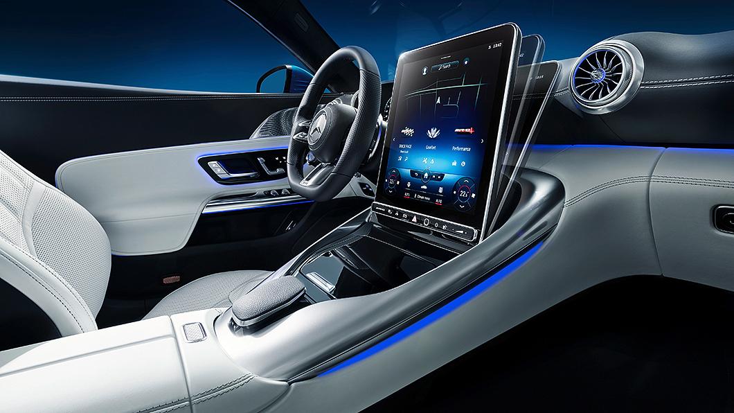 Mercedes-AMG公布新一代SL內裝設計,中控螢幕具備角度可調功能。(圖片來源/ Daimler) M-AMG SL螢幕能「站」起來! 新世代豪華敞篷座艙首度曝光