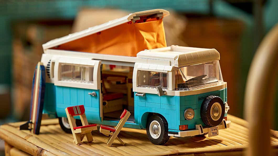 繼先前的T1 Camper Van套組之後,Lego進一步追加推出T2 Camper Van組合。(圖片來源/ Lego) 痴等警戒降級迫不及待想露營? T1與T2露營套組讓你先來場桌上「微露營」