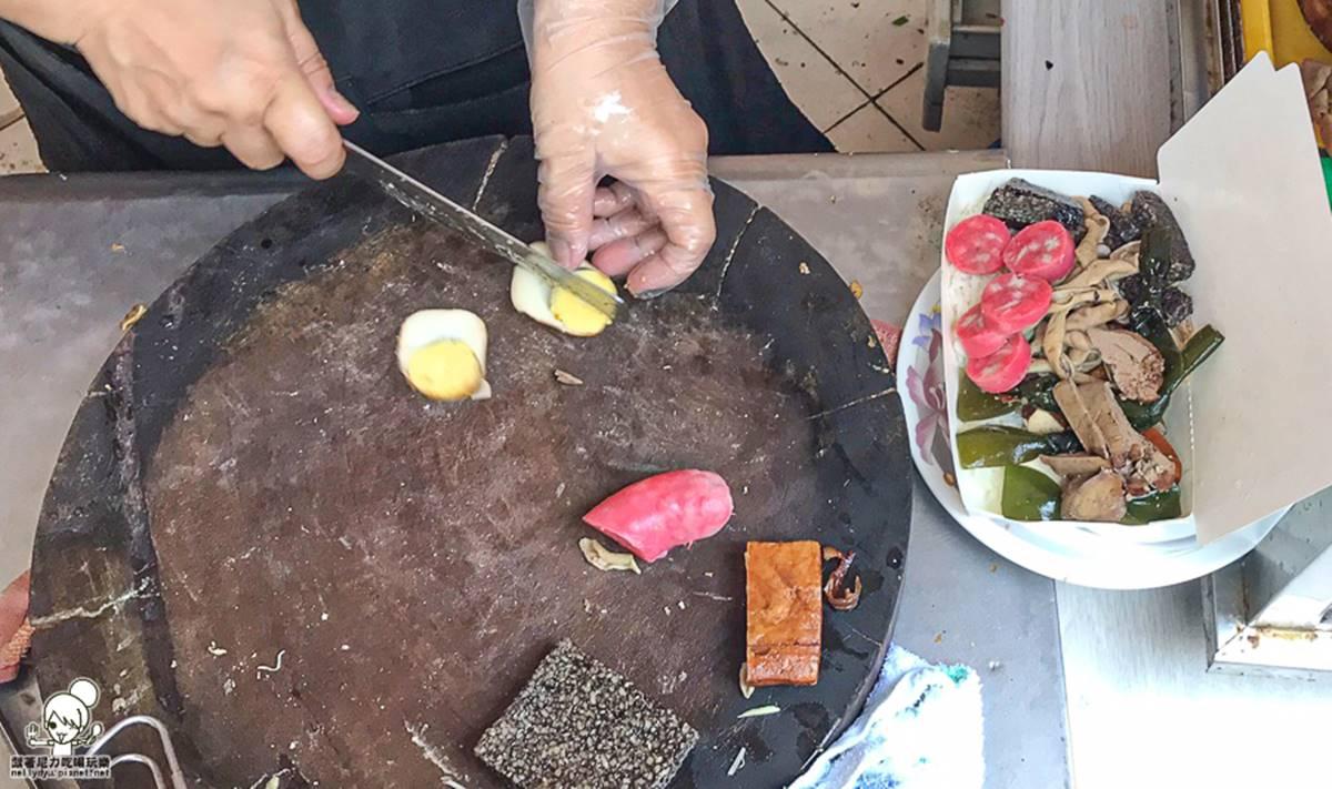 滿到蓋不起來!超浮誇「滷味飯」鋪滿8種料只要50元,爆量蝦仁炒飯也必點
