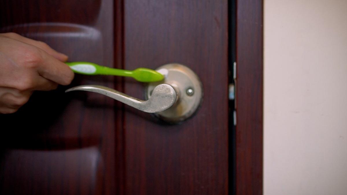 居家防疫生活須知!門把「酒精白斑」3步驟搞定,達人教你用「1支牙刷」輕鬆去除