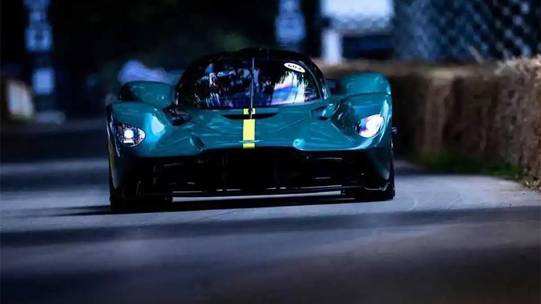 上個月才現出真身的Valkyrie AMR Pro,在Goodwood首次亮相就出包。(圖片來源/ Aston Martin) Aston Martin賽道女武神首次出征就失利 原因只值20塊錢?