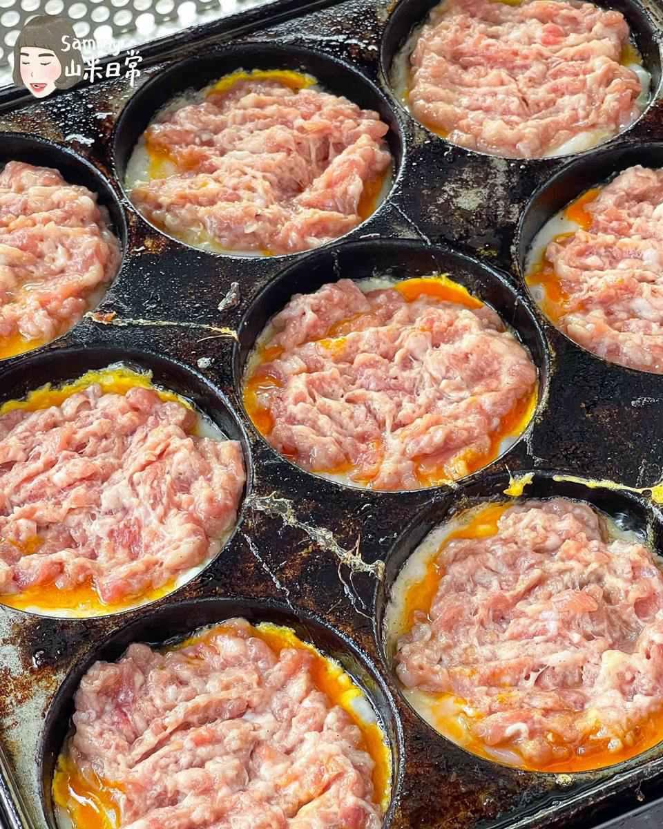 台灣吃得到!道地東北小吃「雞蛋堡」鋪滿肉餡只要50元,必加濃郁孜然香「特製辣醬」