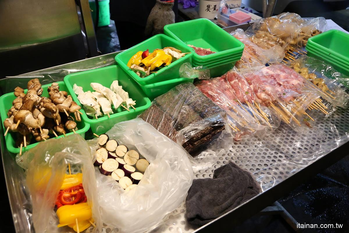 先滷後烤超入味!隱藏版日式串燒嘗得到「龍眼木」燻香,必嗑外酥內Q雞皮、軟嫩甜不辣