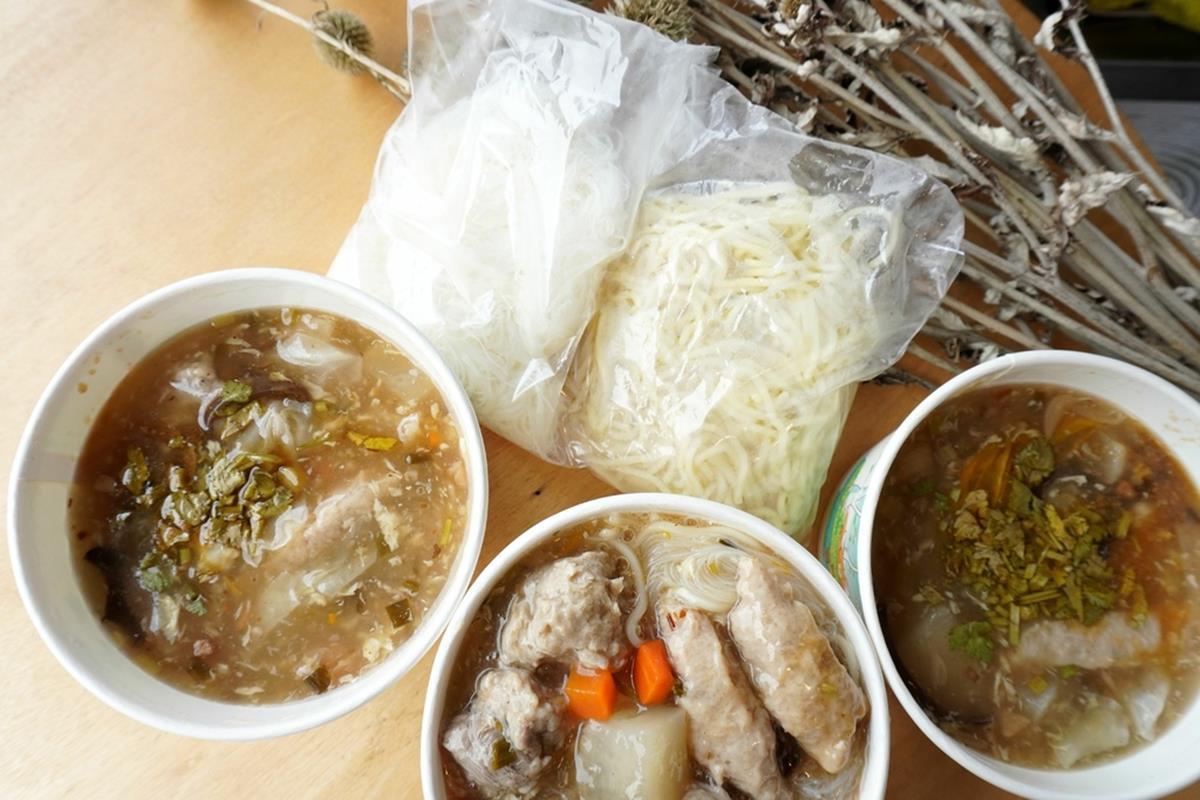 多到直接溢出來!滿料「古早味魯麵」大骨熬製羹湯超鮮美,配大塊肉丸扎實口感更過癮