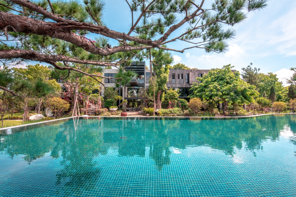 露營控久等了!苗栗全新「森林系Villa」,專屬戶外休憩區+無邊際泳池太夢幻