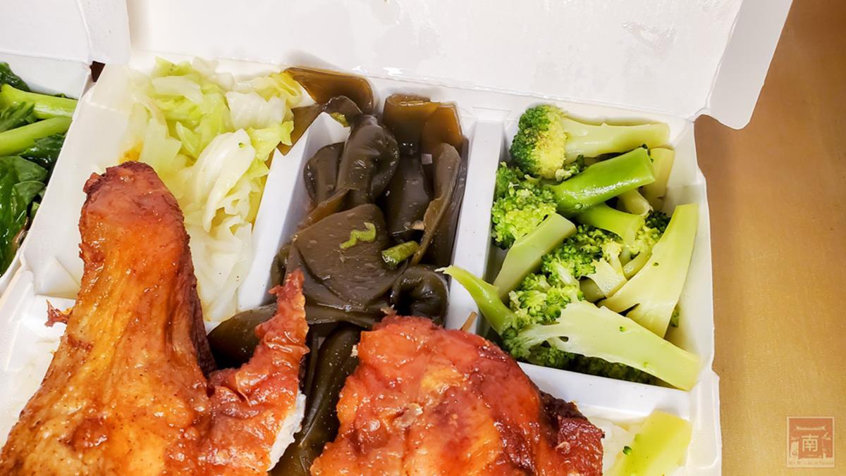 雞、豬、魚1次滿足!高CP值「外帶便當」有3種主菜只要90元,先嗑薯餅口感炸鱈魚