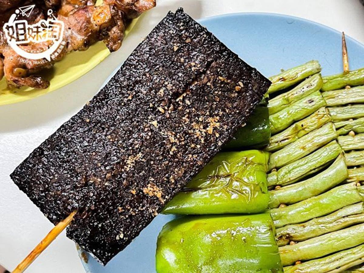幫你配好了!「炭烤串燒套餐」包10種品項只要499元,「脆皮豬肋排」搭獨門醬汁超唰嘴