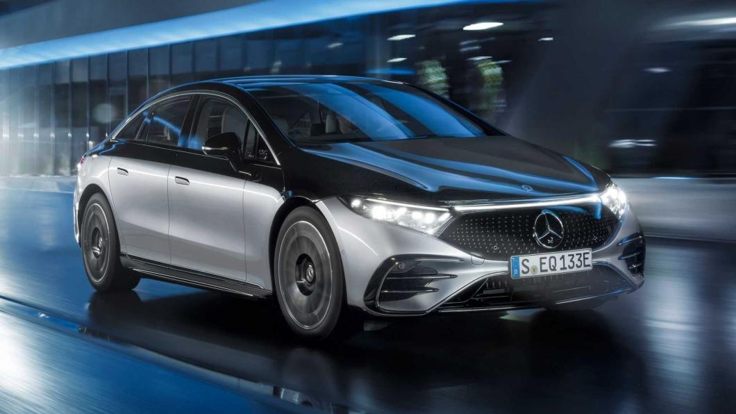 EQS具有後輪轉向功能,高達10度的角度讓車輛有更好的靈活性及穩定性。(圖片來源/ Mercedes-Benz) 後輪轉向可以解鎖更大角度? 1.7萬台幣!讓賓士EQS開啟10度轉向功能