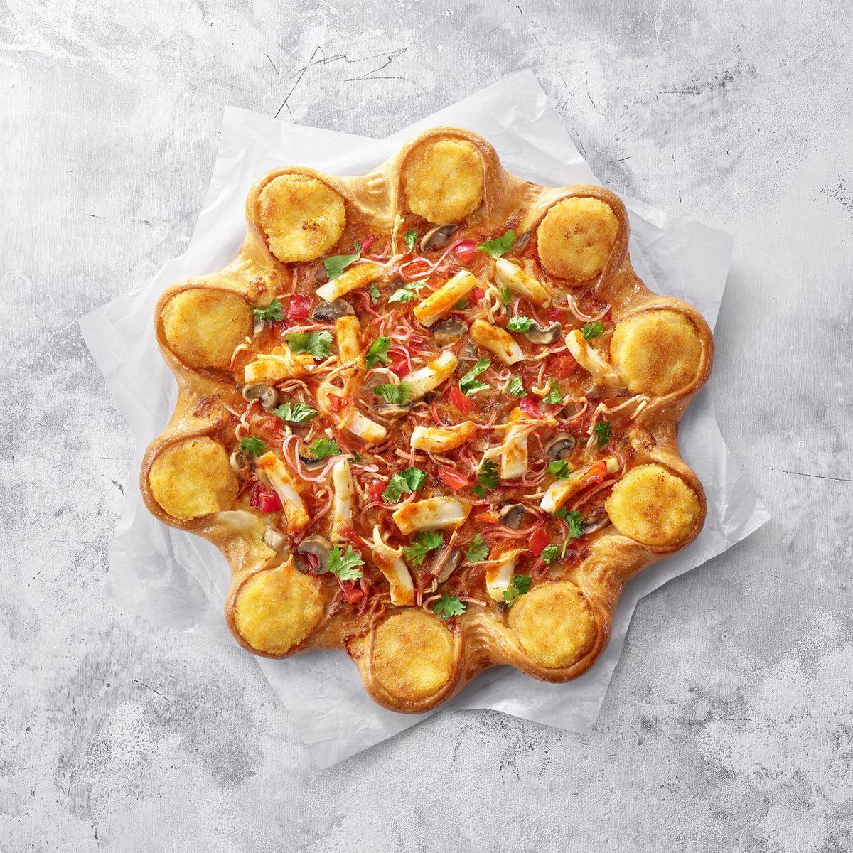 義大利人又要崩潰!必勝客推超狂「泰式冬蔭功」披薩,還有整圈「金錢蝦餅」鑲在餅皮上