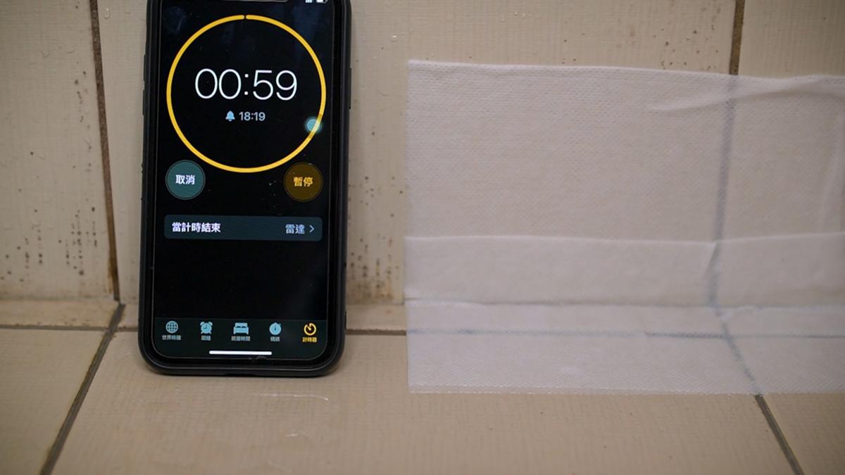 只要60秒!浴室「磁磚黴斑」不必浪費時間刷,達人教你用「1片紗布」輕鬆搞定
