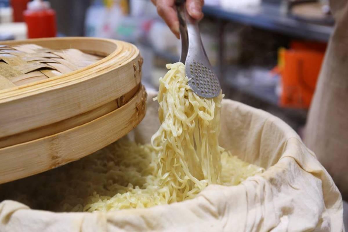 【新開店】買一送一!古早味麵店必嘗Q彈「拉仔麵」,每日鮮榨豬油「微笑拌飯」超療癒
