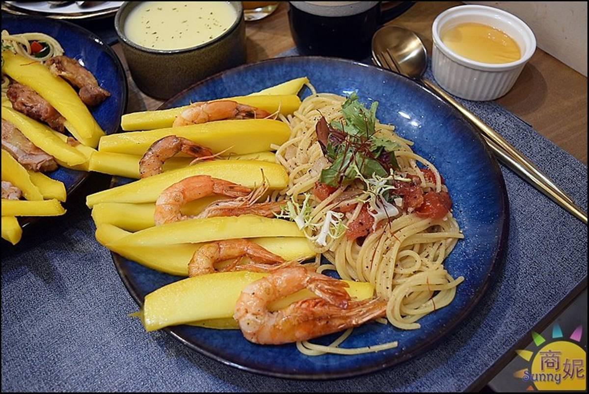 超有哏!老宅餐廳推限定「芒果義大利麵」鹹甜開胃,配去殼白蝦、香煎腿排都好搭