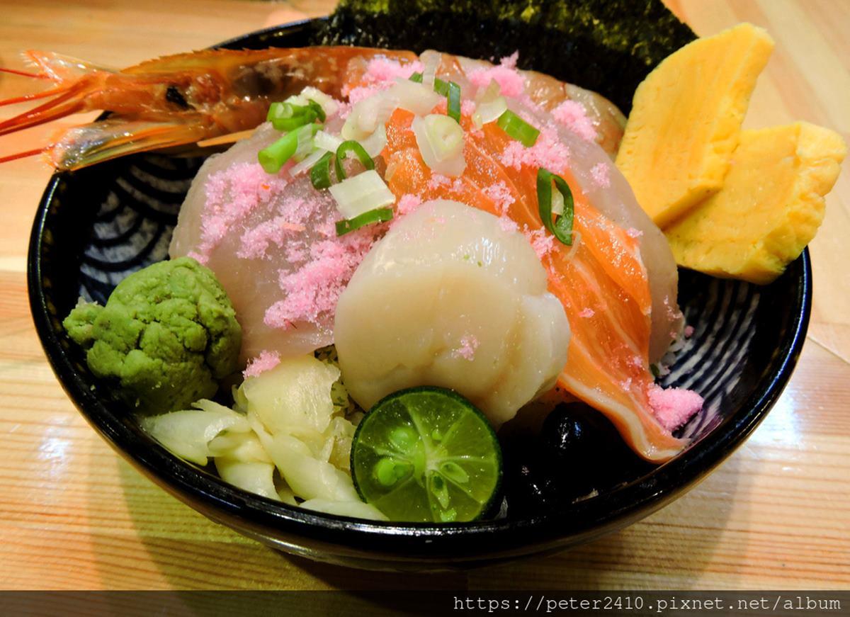 台版築地直送魚料!大分量厚切「海鮮丼」只要250元,撒粉紅魚鬆、海葡萄提味更加分