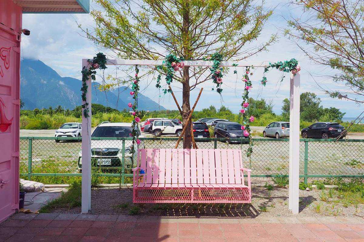 IG暴紅!景觀咖啡廳「夢幻階梯」拍出空中漫步感,水上愛心、粉嫩貨櫃網美瘋打卡