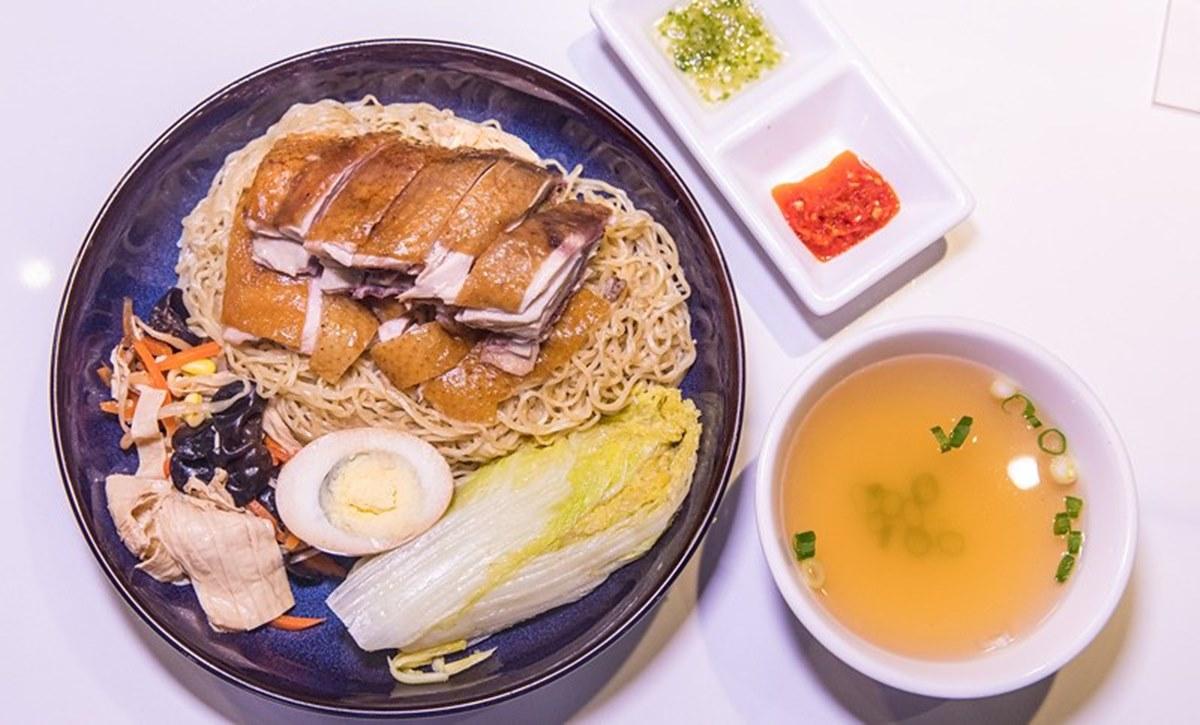 【新開店】想吃請趁早!港式餐館「貴妃雞飯」油嫩銷魂,必點「玫瑰雞撈麵」沾油蔥更搭