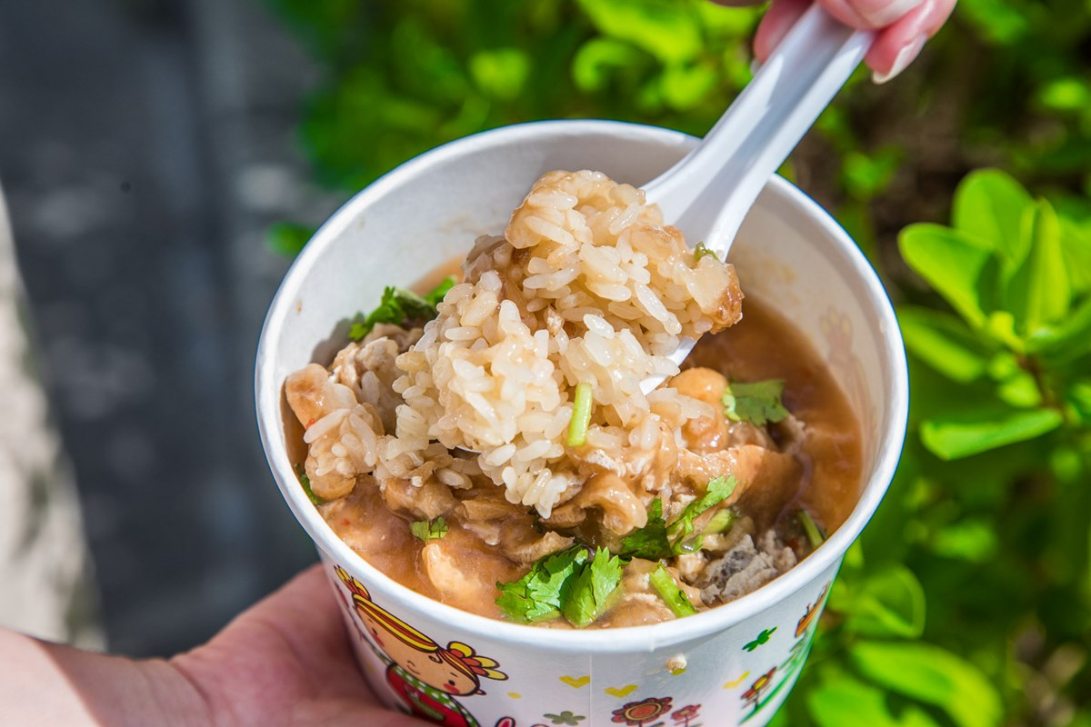 早起才吃得到!古早味油飯加自煮「豆腐泡」醬香十足,必搭鮮甜軟Q魚丸湯