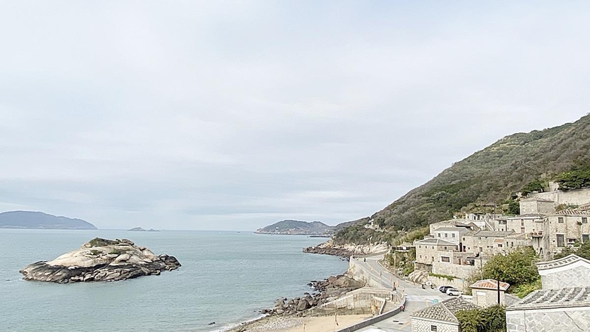 1秒穿越!入住百年石頭屋打卡「台灣小地中海」,開窗就能賞超夢幻海景