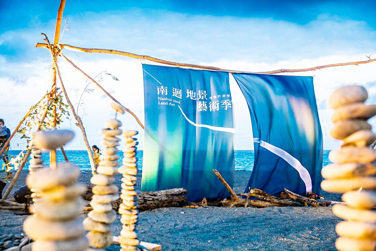 14件作品免費拍!2021台東南迴藝術季登場,先衝通往天堂的階梯、巨型藍白拖、沙灘巨人