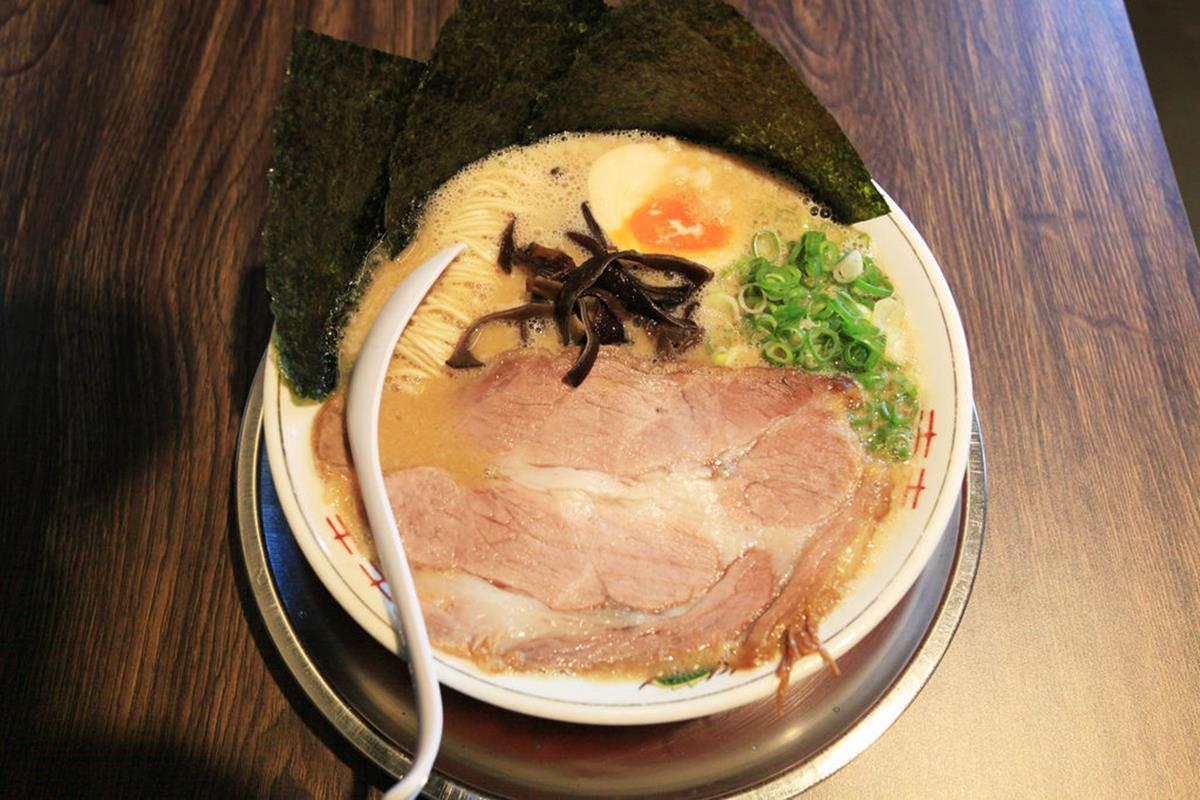 秒飛日本!超道地「豬背脂」豚骨拉麵重口味會愛,平日限定「魚介沾麵」叉燒重達50克