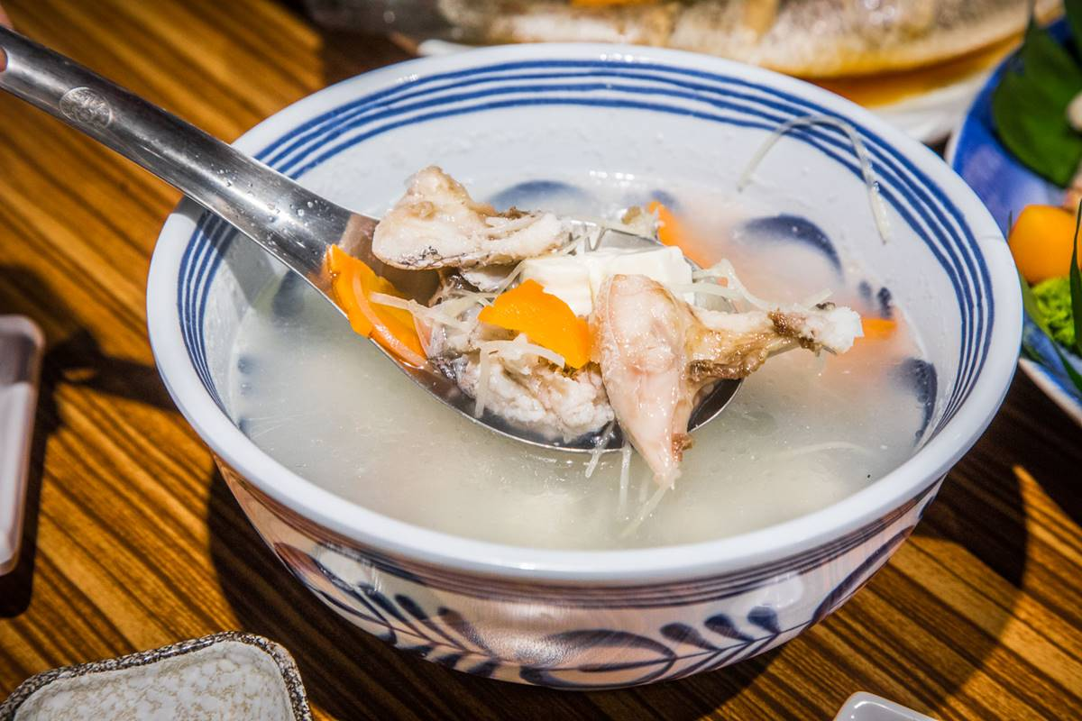 自家漁船捕撈!市區海鮮料理比漁港還便宜,超澎派6人餐先嗑活體龍蝦、避風塘螃蟹