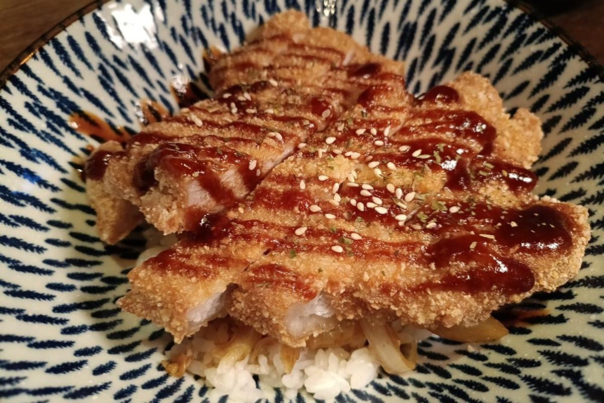 隱身巷弄!「復古餐酒館」打卡老上海風裝潢,必點創意玄米調酒、高人氣泡菜中卷