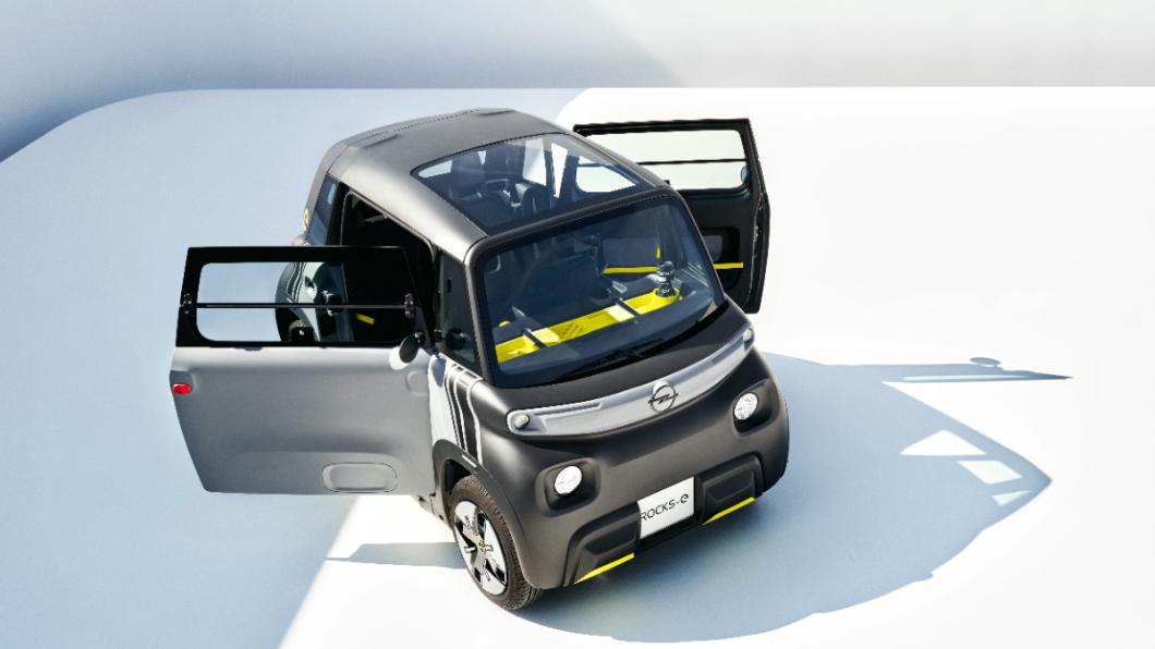 Opel微型電動車Rocks-e有著不對稱式車門開啟角度,還有全景玻璃天窗。(圖片來源/ Opel) Opel推微型電動車 比五菱Mini EV更潮還有天窗