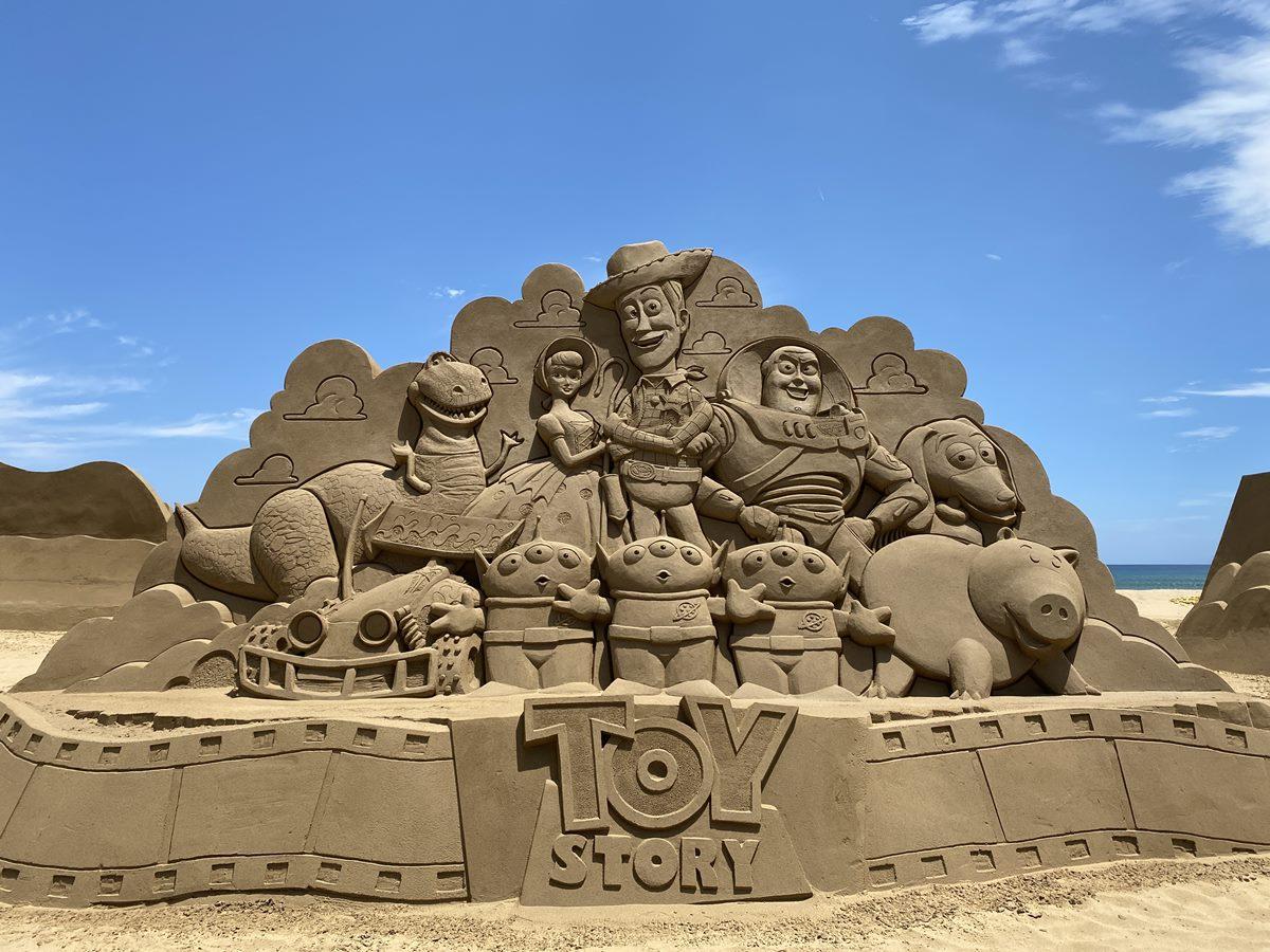 全台首場「皮克斯沙雕展」可拍了!4公尺高「玩具總動員沙雕」現身,胡迪、三眼怪都有