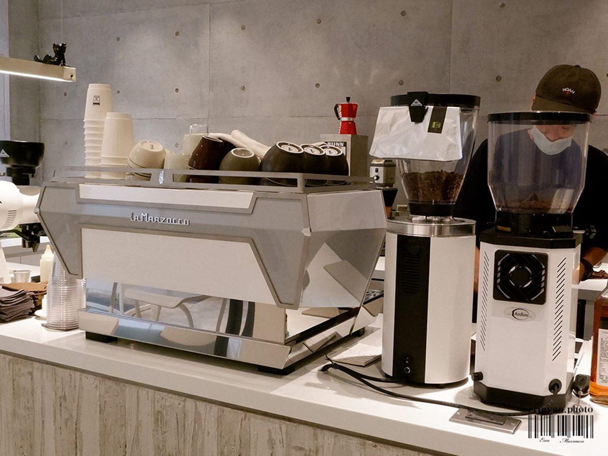 【新開店】IG搶拍!純白系咖啡廳試營運就暴紅,招牌「達克瓦茲」先嘗檸檬奶油口味