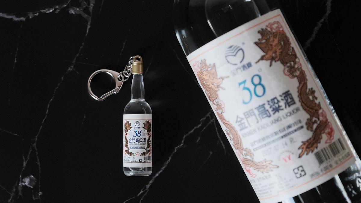 嗶嗶!停車竟拿高粱酒刷卡!原來是迷你「38度金門高粱酒」造型悠遊卡,網友讚:超逼真