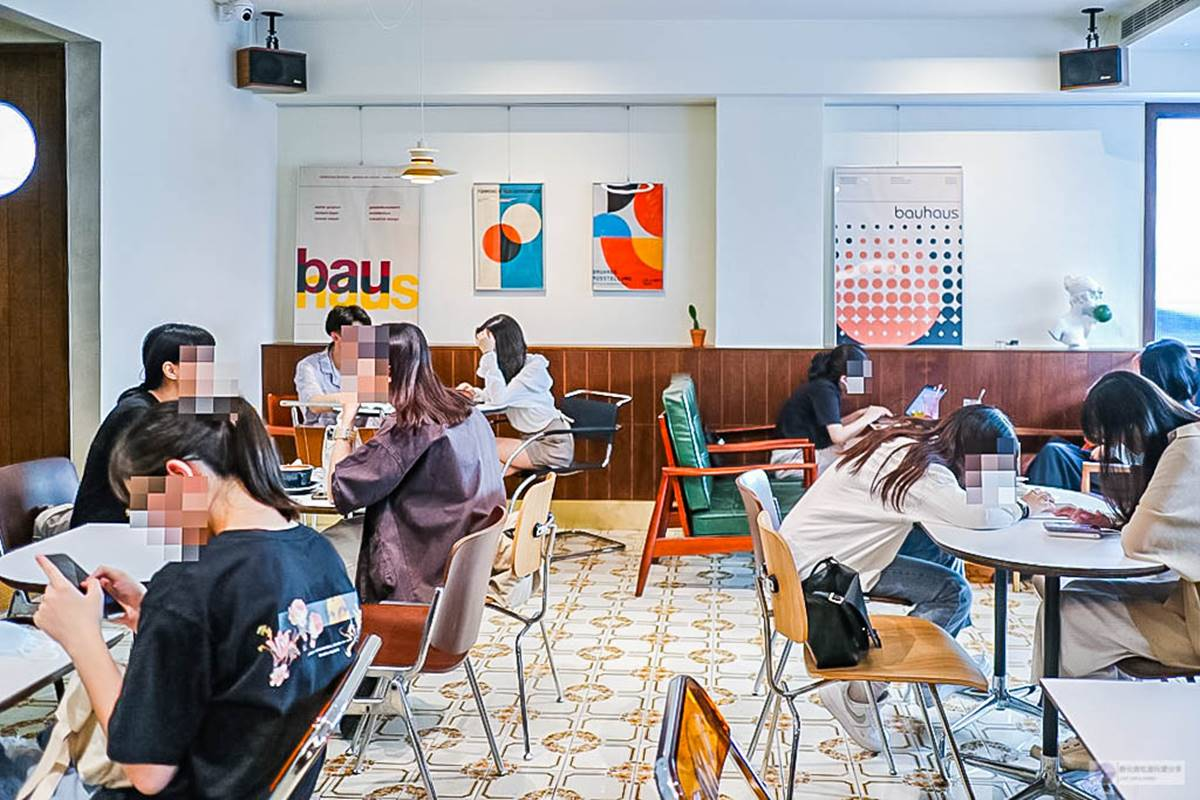 【新開店】IG熱搜咖啡廳!美拍深色木質復古風裝潢,抹茶控必點「利休抹茶百香戚風」