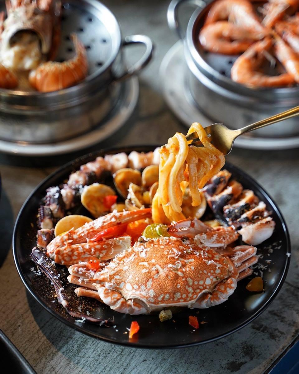 IG超夯!工業風義式餐館打卡必點「101海鮮塔」,浮誇義大利麵吃得到「一整隻螃蟹」