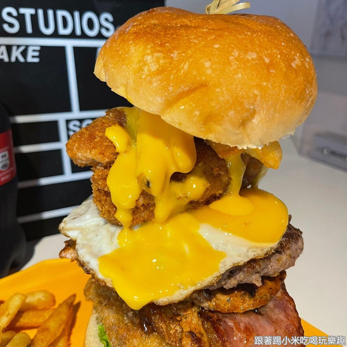 堆到比臉高!超浮誇「手作漢堡」吃得到8種配料,重口味必點「松露牛肉堡」