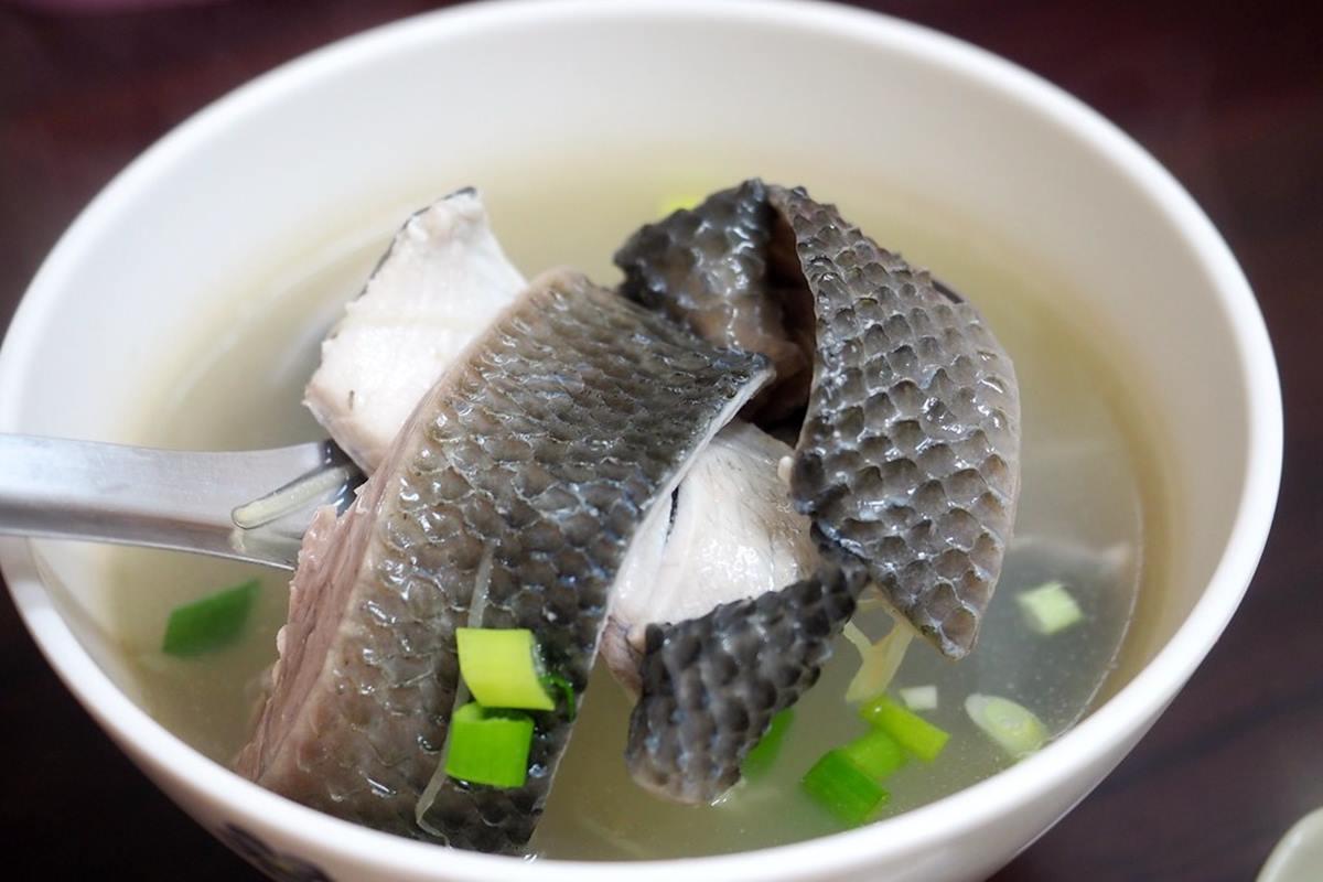 台北高CP隱藏版黑白切!滿料魚皮湯只要50元,乾蚵小山、軟嫩滷大腸也必點