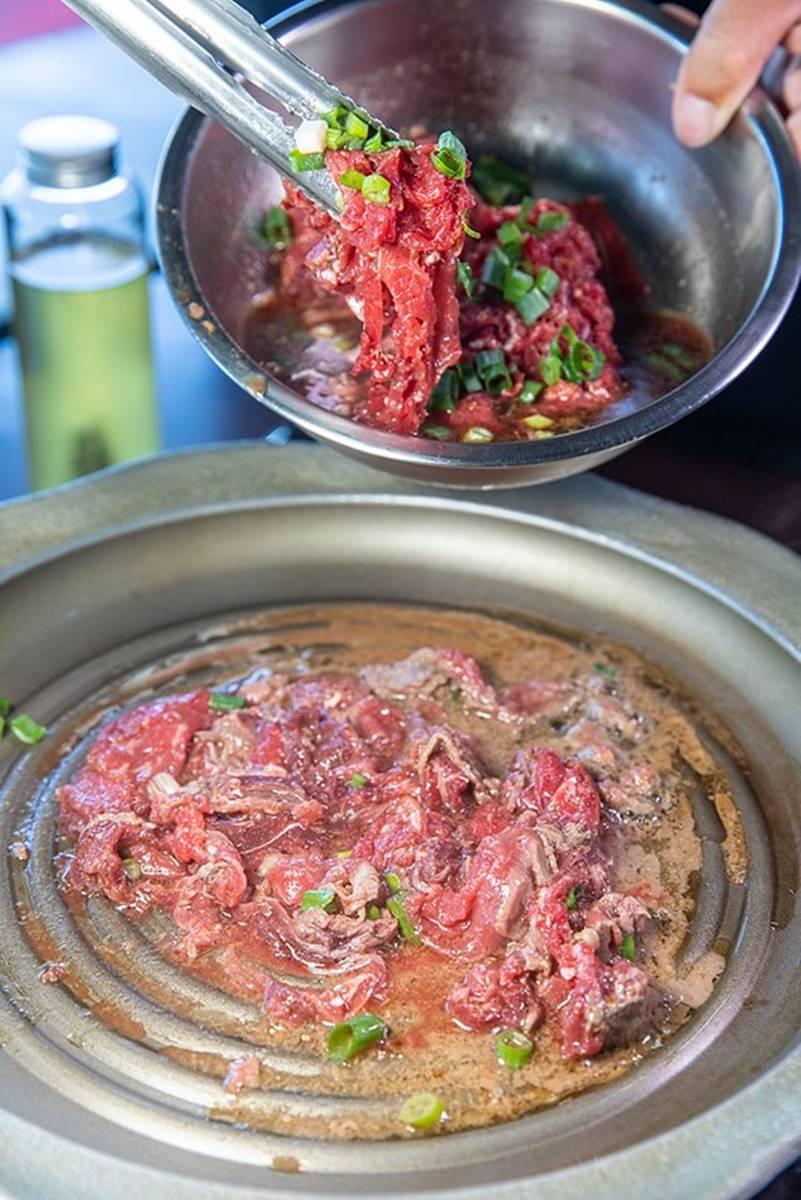 花蓮超澎派全牛料理!開胃必點透光「牛皮」,再嘗鹹辣鐵板牛、滿料牛雜湯