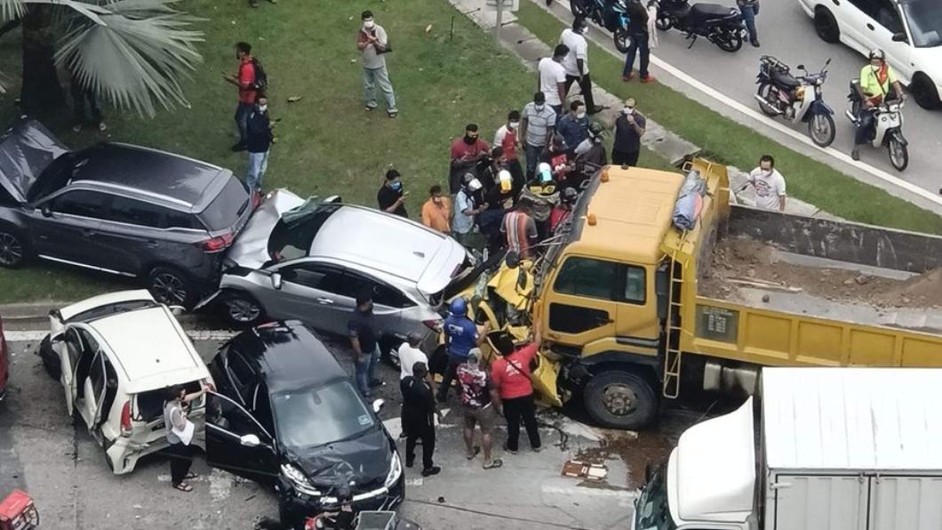 馬來西亞一起恐怖車禍,一輛國產小車被大卡車跟HR-V撞成夾心餅乾。(圖片來源/  擷取自臉書《Malai More馬來莫》) 掀背小車被卡車撞爛凶多吉少? 馬國神車護體駕駛僅受輕傷